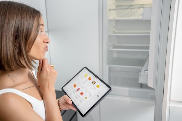Zakupy spożywcze online za pomocą cyfrowego tabletu
