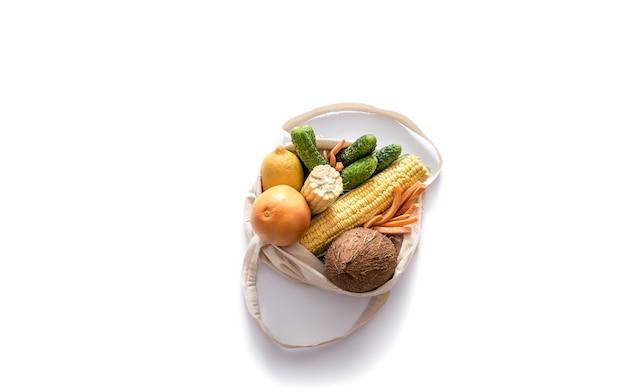 Zakupy spożywcze z eko torbą na białej ścianie. koncepcja braku odpadów i plastiku. leżał na płasko. skopiuj miejsce.