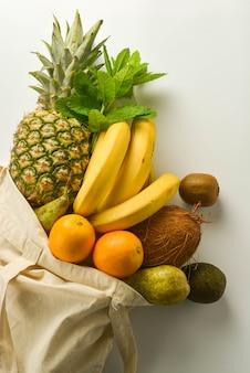 Zakupy spożywcze z eko torbą na białym
