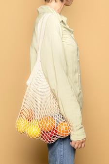Zakupy spożywcze z siatkową torbą