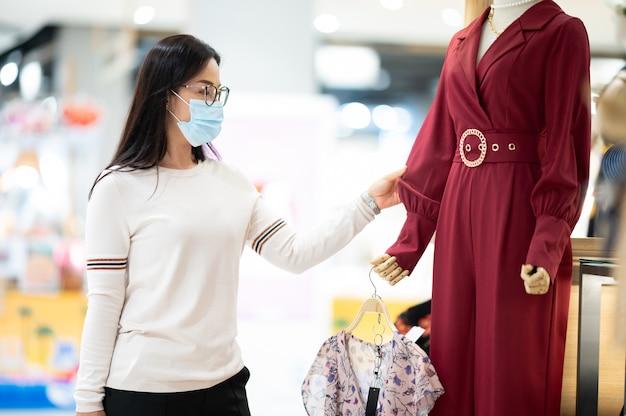 Zakupy to główna rozrywka w azjatyckich regionach. kobieta nosi maski na zakupy w dziale