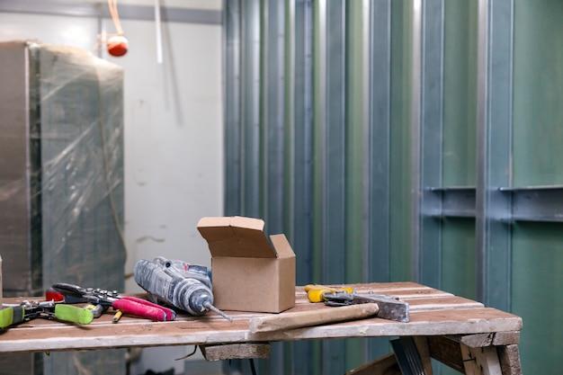 Zakurzony pokój budowlany z narzędziami