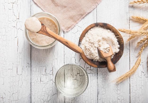 Zakwas na chleb jest aktywny. zakwas początkowy (sfermentowana mieszanina wody i mąki do wykorzystania jako zakwas do pieczenia chleba). pojęcie zdrowej diety