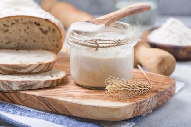 Zakwas na chleb jest aktywny. zakwas początkowy (sfermentowana mieszanina wody i mąki do wykorzystania jako zakwas do pieczenia chleba).