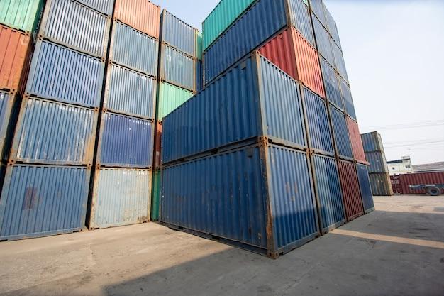 Załadunek miejsca wysyłki kontenera w magazynach logistycznych w porcie do celów eksportowych i importowych
