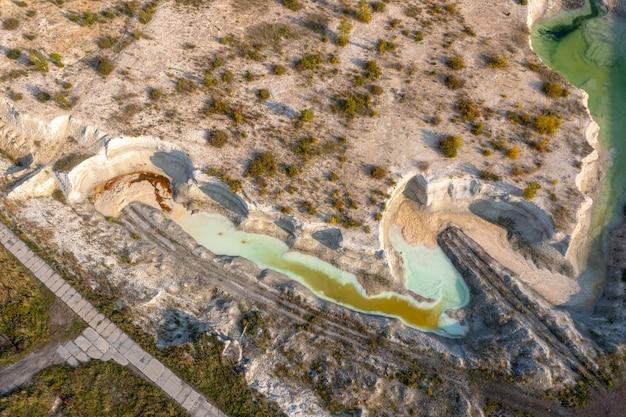 Zalana piaskownica, piękna rzeka wije się między piaszczystymi klifami.