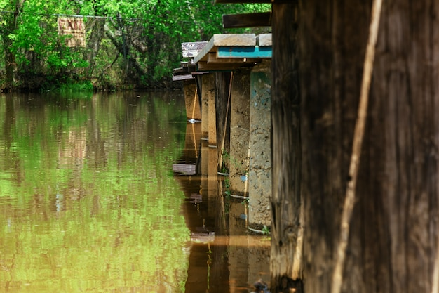 Zalany rynek po zmyciu przez powódź