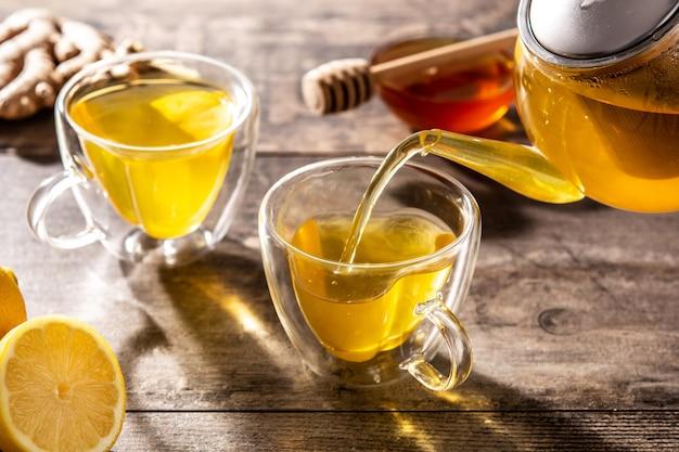Zalewanie herbaty imbirowej z cytryną i miodem w filiżance