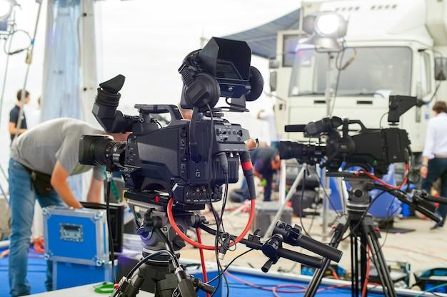 Załoga rai, radiotelevisione italiana, przygotowuje zestaw wywiadów