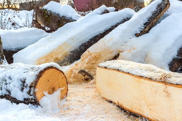 Zaloguj się z bliska. drewno opałowe pokryte śniegiem zimą
