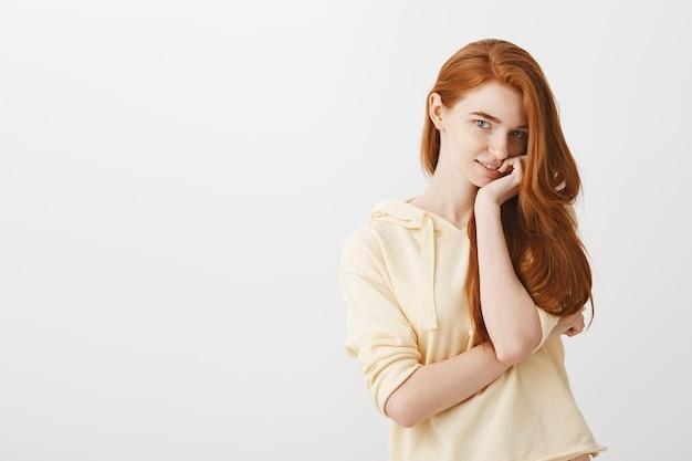 Zalotna, wspaniała ruda dziewczyna wygląda kusząco