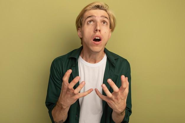 Żałował, patrząc na młodego blondyna na sobie zieloną koszulkę