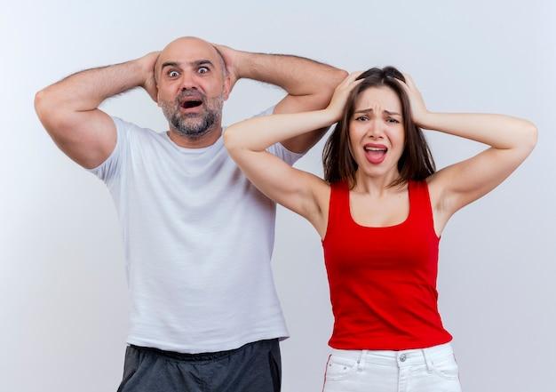 Żałując dorosłej pary, która trzyma głowę i patrzy