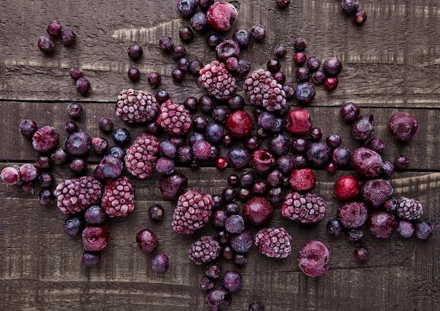 Zamarznięta jagody mieszanka na drewnianym tle