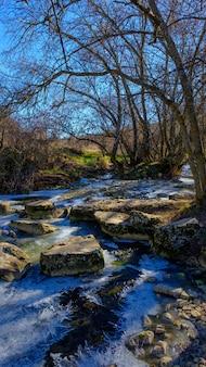 Zamarznięta rzeka w siguenza.