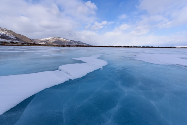 Zamarznięte jezioro bajkał. piękne chmury stratus nad powierzchnią lodu w mroźny dzień.