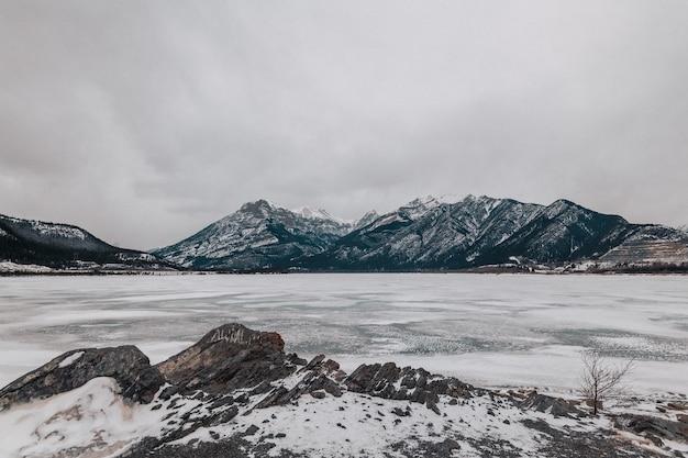 Zamarznięte jezioro minnewanka w albercie, kanada