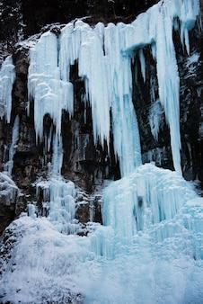 Zamarznięte lody wodospad w zimie