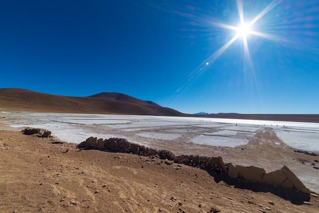 Zamarznięte słone jezioro w andach