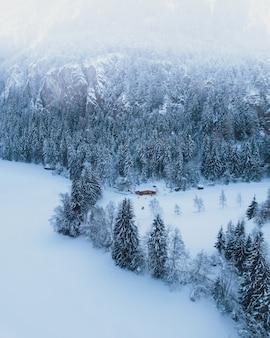 Zamarznięty jezioro w austriackich alps w ötztal