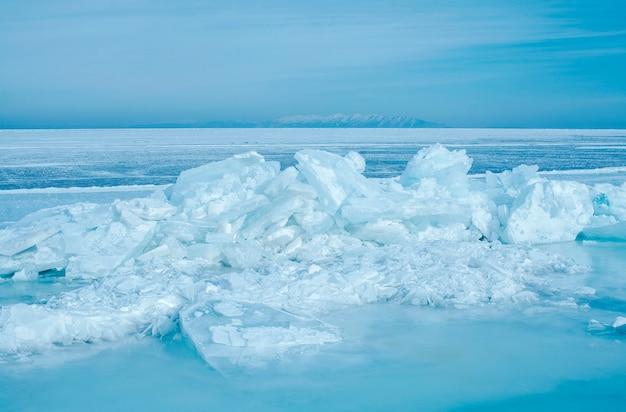 Zamarznięty jezioro w zimie, zimna temperatura z lodem, baikal, rosja