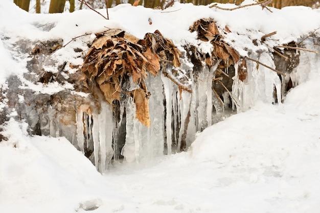 Zamarznięty strumień. pięknej zimy sezonowy tło w naturze.