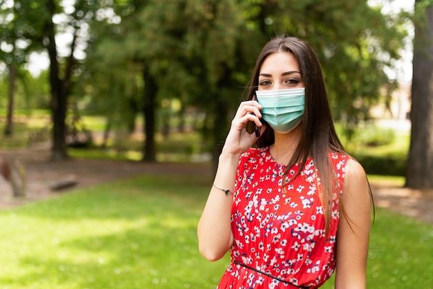 Zamaskowana kobieta rozmawia przez telefon
