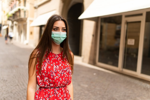 Zamaskowana kobieta spaceru po mieście