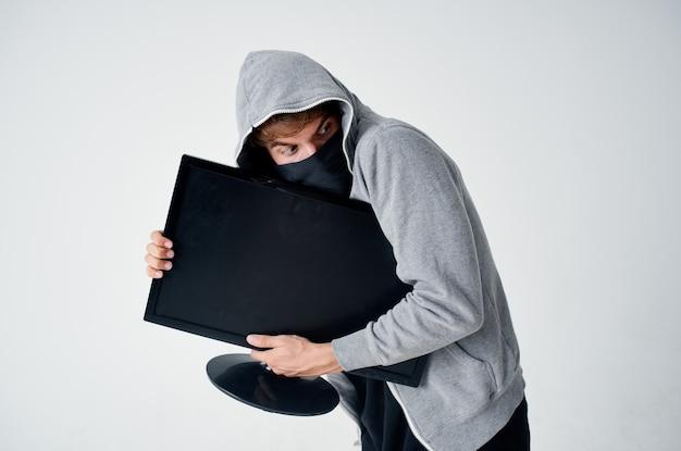 Zamaskowany mężczyzna anonimowość przestępczości ostrożnie kominiarka jasnym tle. zdjęcie wysokiej jakości