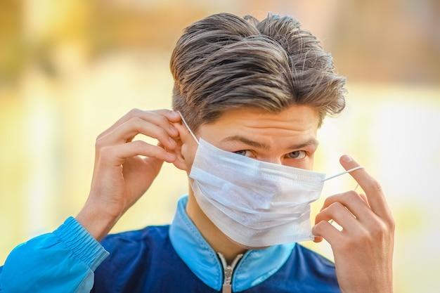 Zamaskowany mężczyzna przed koronawirusem i powietrzem. ochrona przed zanieczyszczonym powietrzem pm 2,5 w europie i azji