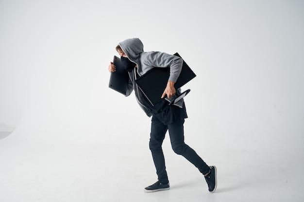 Zamaskowany mężczyzna stealth technika rabunek bezpieczeństwa chuligan jasne tło