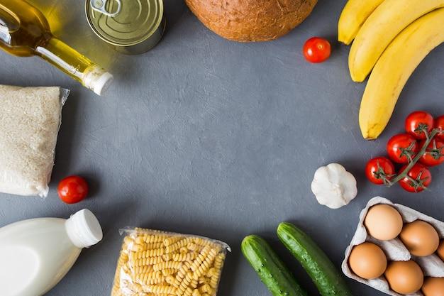 Zamawianie jedzenia online z dostawą do domu. ustaw towary płasko z ramą do kopiowania miejsca na szarym tle betonu.