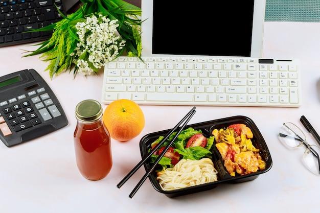 Zamawianie zdrowego lunchu do pracy
