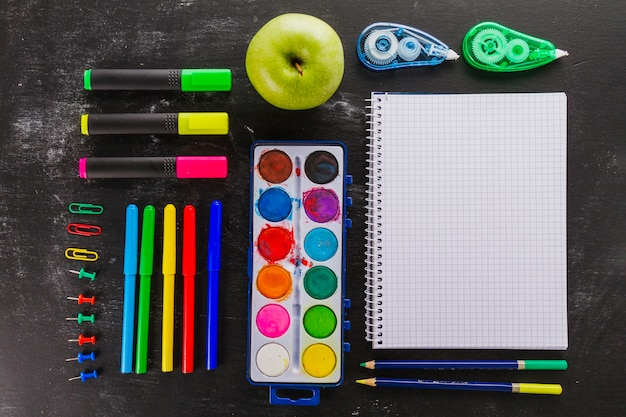 Zamawiany skład materiałów szkolnych