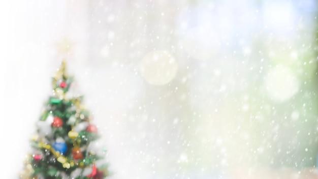 Zamazana bokeh choinka z opadu śniegu tłem dla twój reklamy lub teksta.