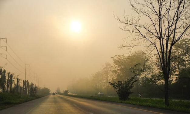 Zamazana ciężka mgłowa droga z szczegółem samochodu światło, transportu pojęcie.
