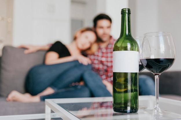Zamazana para przy stołem z winem