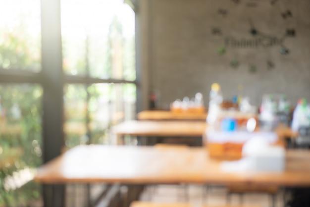 Zamazane obrazy pustego stołu w nowoczesnej restauracji