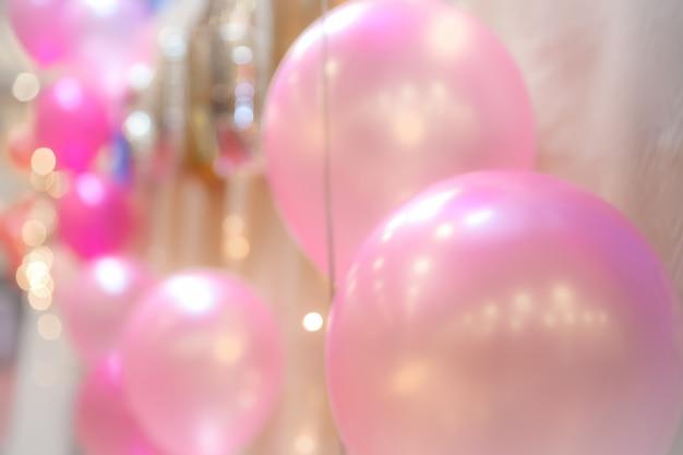 Zamazani wizerunki balony z ciepłym oświetleniem w sala konferencyjnej dla tła