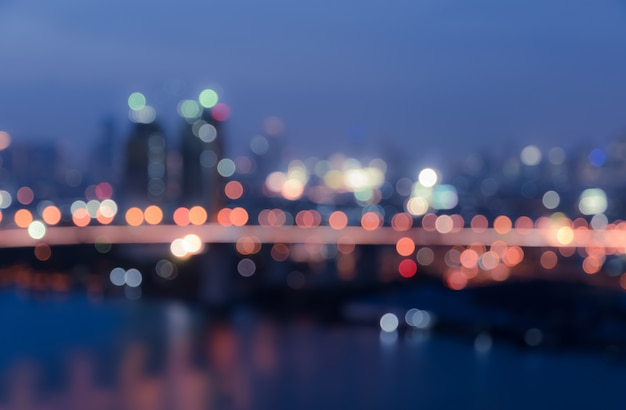 Zamazany bokeh miasto zaświeca tło