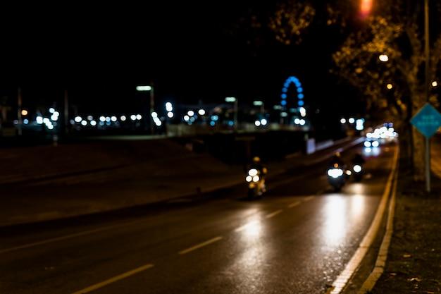 Zamazany ciepły światło na mieście przy nocą