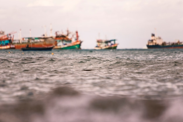 Zamazany łódź rybacka unosi się w morzu.