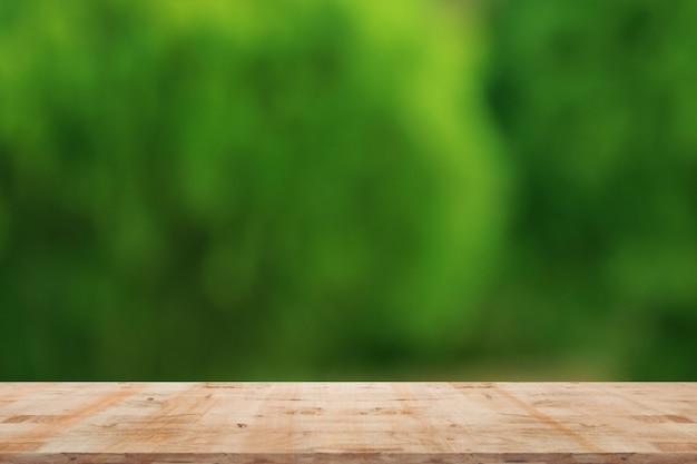 Zamazany naturalny tło z drewnianym
