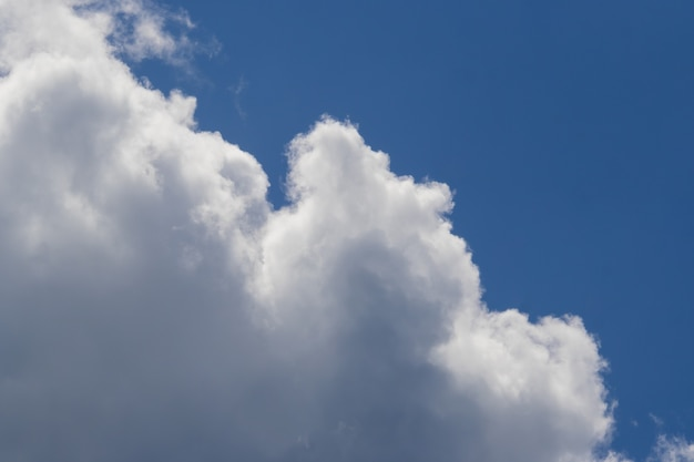 Zamazany obraz białych chmur na ciemnoniebieskim niebie im więcej patrzysz, tym więcej wpadasz na nowe pomysły, pomysły i wyobrażenia.