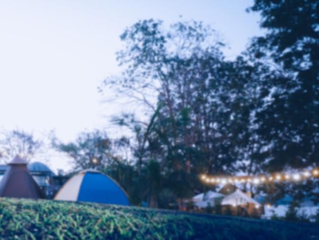Zamazany obraz kempingu i namiotu z wysokim izoziarnistym obrazem