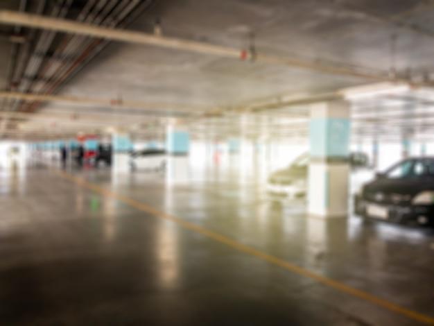 Zamazany obraz parkingu samochodowego w budynku