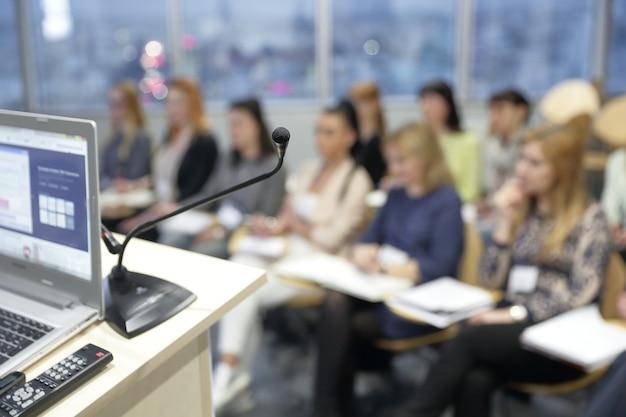 Zamazany obraz publiczności w sali konferencyjnej.