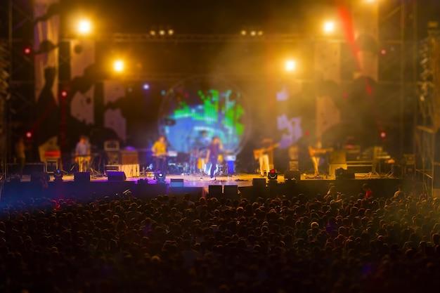 Zamazany obraz publiczności w wolnym festiwalu muzyki nocnej bez wstępu opłat.