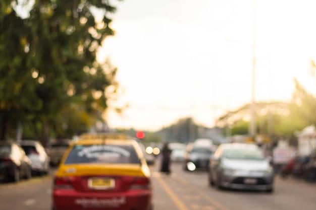 Zamazany obraz ruchu na drodze pełnej samochodów.