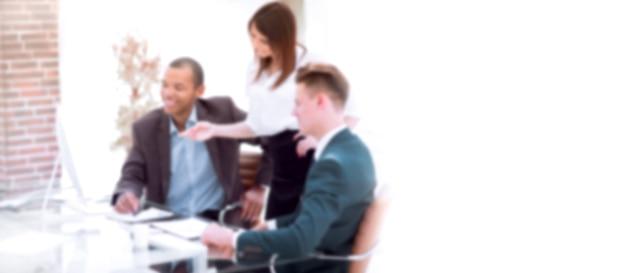 Zamazany obraz tekstu reklamowego. zdjęcie z miejsca na kopię. zespół biznesowy omawiający problemy w pracy siedząc przy biurku